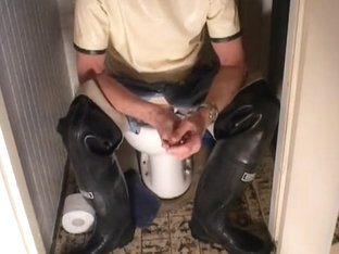 nlboots - blue rubber/latex trousers & boots on toilet