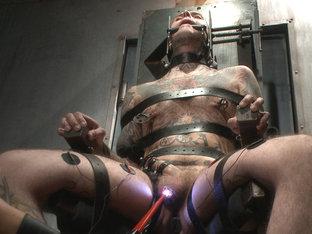 Pro Dom Ruckus takes the 30 pound flogger