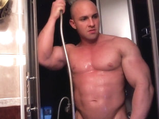 Str8 muscle guy on cam in the shower
