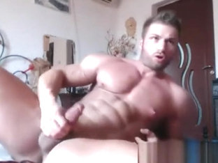 Bodybuilder hot cums