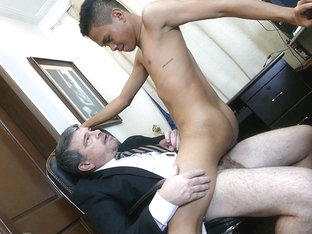 Asian Twink Barebacked By Daddy Mike - DaddysAsians