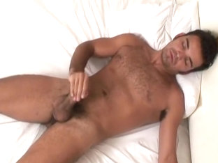 Magnificent Body Stud Roberto Jerks Off
