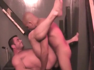Beefy stud gets fucked good