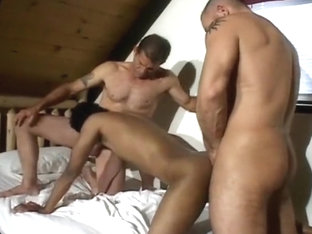 Gays bang in threesome