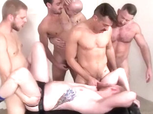 Muscly dude gets ass banged