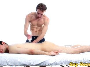 Muscular hunk sucks oiled up massage client