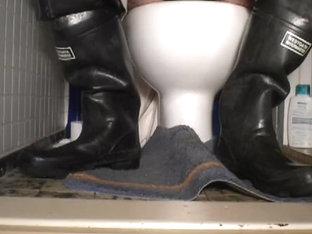 nlboots - waders on water closet