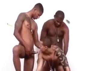 deux blacks bm baisent un latino sous la douche