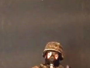 Flecktarn Soldat beim Sniffen und wichsen in die Stiefel
