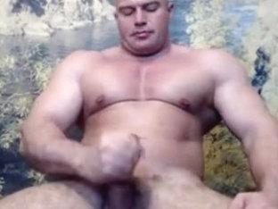 Str8 bodybuilder flexing & wank