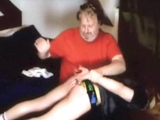 un jeune se fait fesser car il a s?ch? la natation