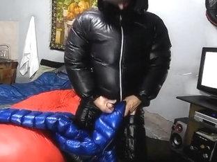 Punheta e gozada na minha jaqueta