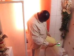 Mit Latex shirt und Leggings unter der Dusche