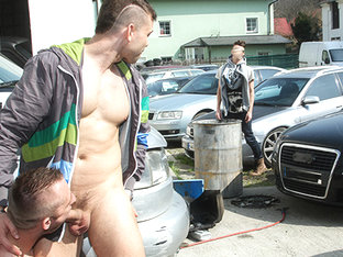 Muscle Man Fucked In The Ass In Public - OutInPublic