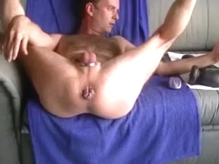 Amateur guy gaping his ass