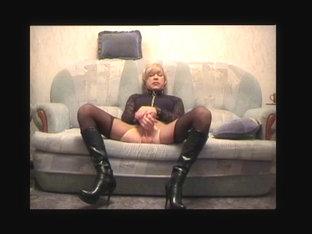 Blonde cd masturbates