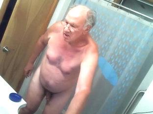 Johannes B. Alleine im Bad