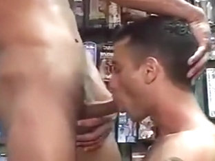Dos Tios Follan y Crian en un Sex Shop
