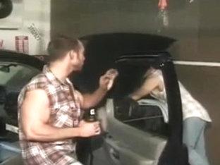 Mecanicos follando en el coche que tienen que reparar