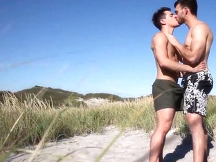 Gay - Hot rencounter on the beach.